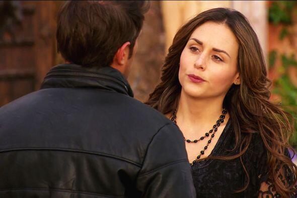 Mateo está sufriendo mucho Abigail, necesita que alguien lo consuele.