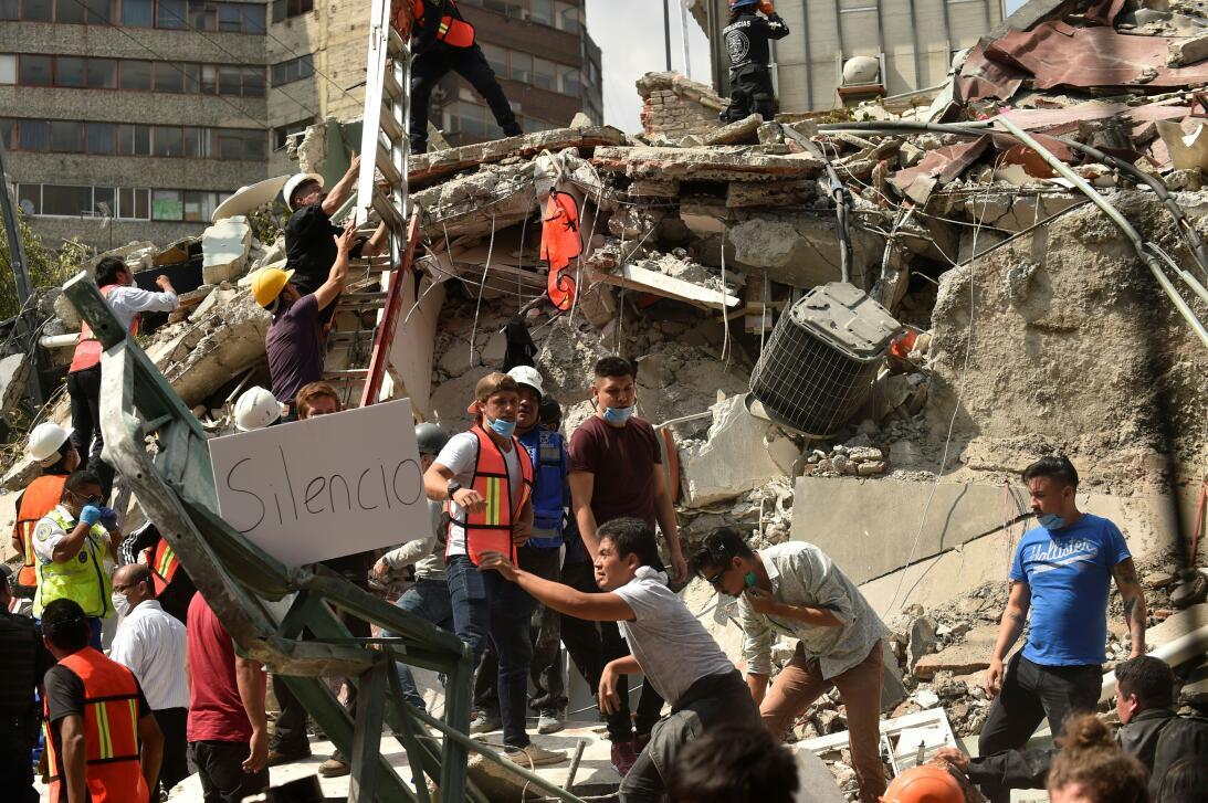 Voluntarios ayudan a remover escombros de un edificio que colapsó en Ciu...