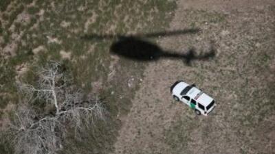 Autoridades en Texas patrullan la frontera entre Estados Unidos y México.