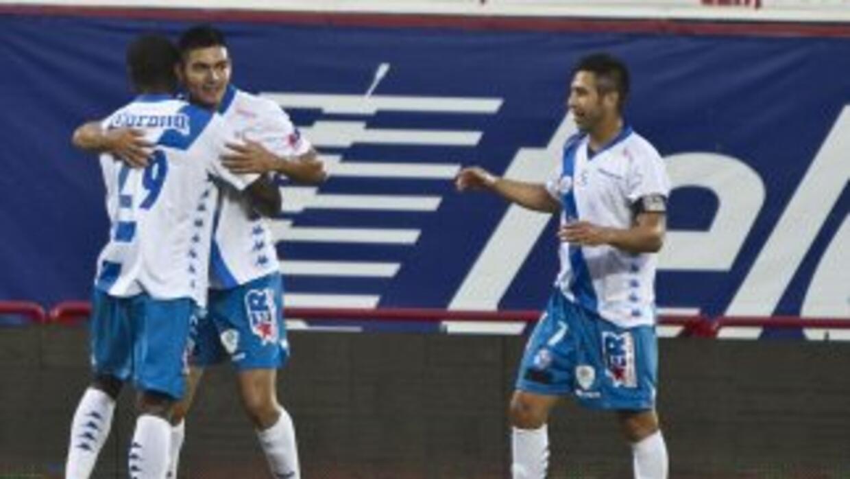 Los jugadores de La Franja festejando el gol de Guadalupe Loroña que les...