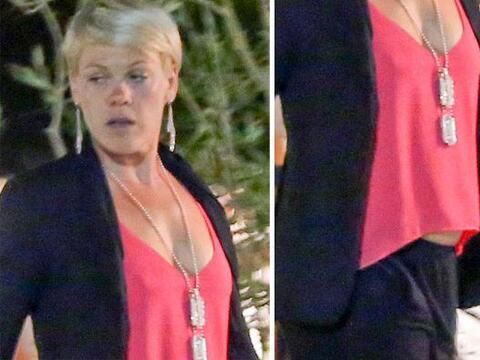 Encontramos a Pink caminando con su marido Carey Hart, junto a su peque&...