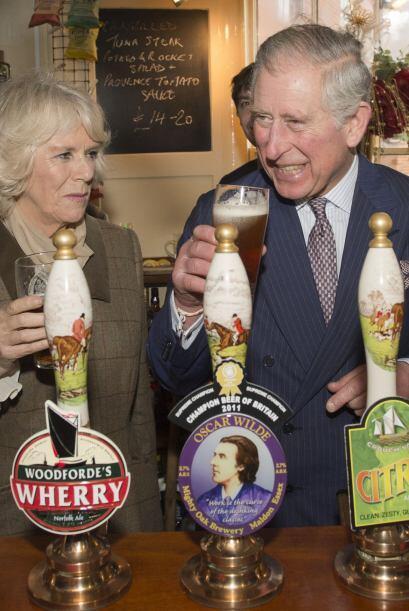 ¿Eres tu Charles? con su Camila en un Pub londinense para tomarse una ce...