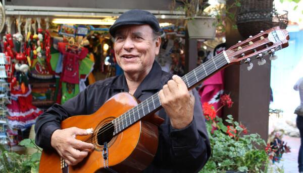 Rubén Becerra toca la guitarra desde los 17 años y ahora comparte su mús...