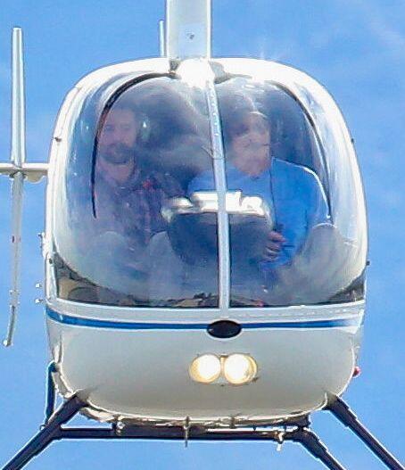 Feliz con su hijo Brandon en el helicóptero.