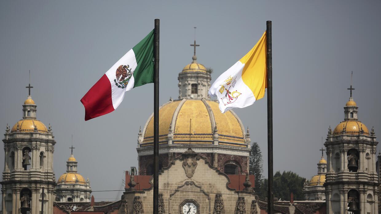La difícil relación de México y el Vaticano Banderas%20Vaticano.jpg