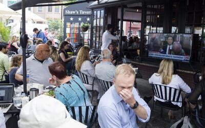 Bares y restaurantes se convirtieron en escenarios de debate durante el...