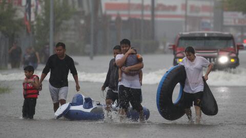 En Houston la gente sale como puede de las áreas inundadas.