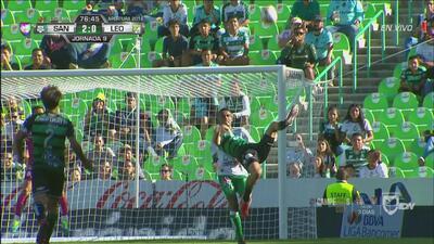 ¡De chilena, Jonathan Rodríguez buscaba el tercero para Santos!