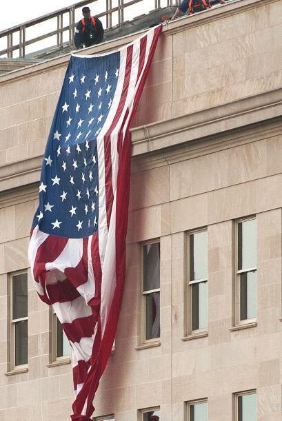La bandera estadounidense fue desplegada muy temprano la mañana del 9/11...