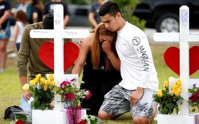 Jóvenes de la secundaria Santa Fe, en Texas, lloran a las v&iacut...