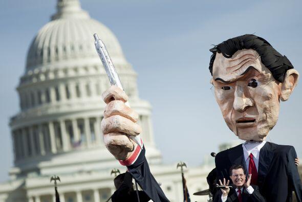 El comediante tephen Colbert habla delante de un muñeco gigante de su pe...