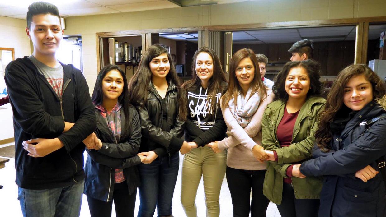 Un grupo de jóvenes hispanos reunidos previo al caucus de Iowa