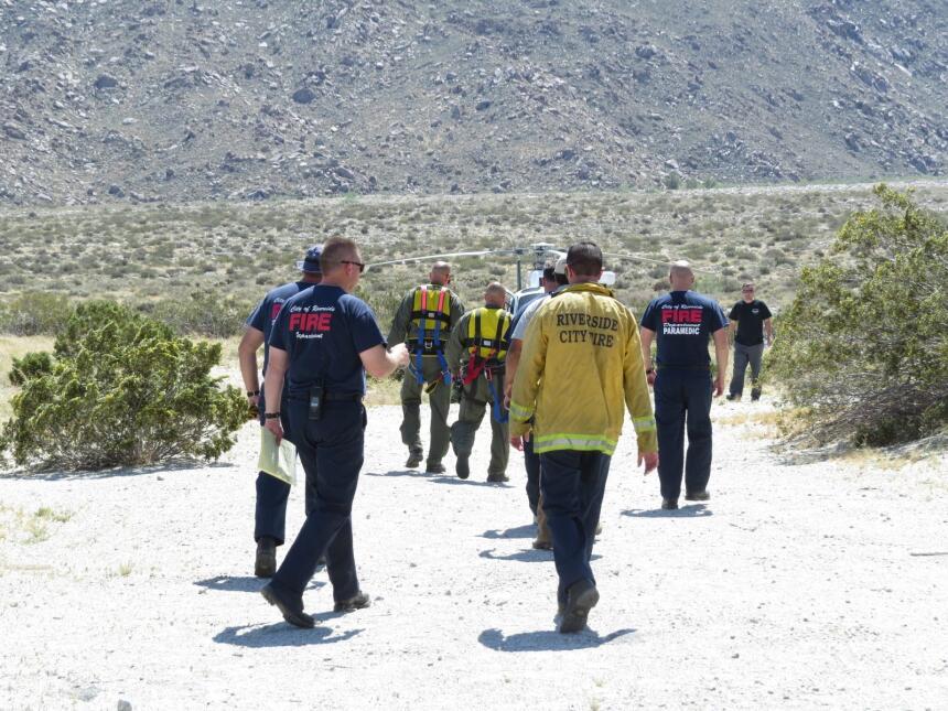 Equipos de rescate van hacia el helicóptero para ir a buscar al caballo
