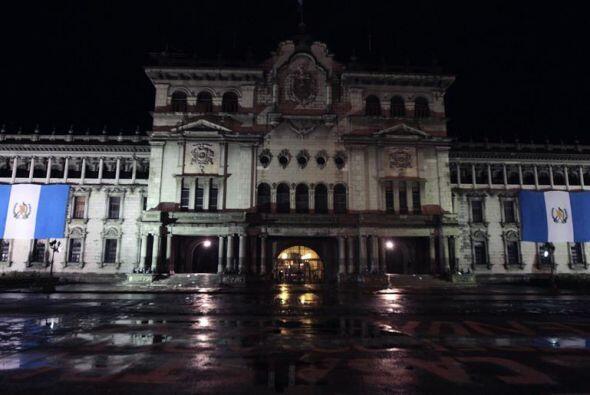 Fachada del Palacio Nacional de Guatemala en la madrugada de este jueves.