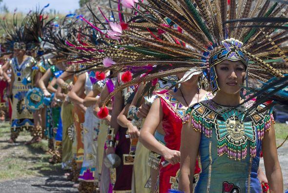 Es frecuente que grupos con vestimentas prehispánicas ofrezcan un espect...