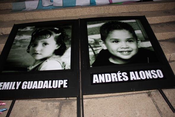 En los alrededores y escalinatas del monumento, se colocaron fotografías...