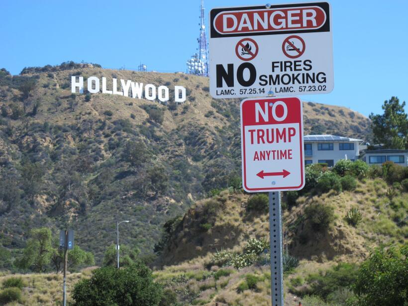 """La señal de """"No Trump Anywhere"""" fue puesta cerca del le..."""