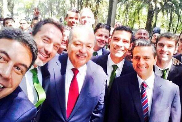 Enrique Peña Nieto y el millonario Carlos Slim compartieorn selfie al fe...