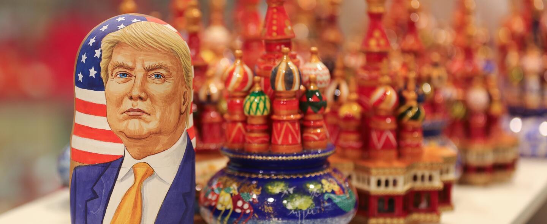 Una muñeca rusa con la imagen de Donald Trump, en un local frente a la c...
