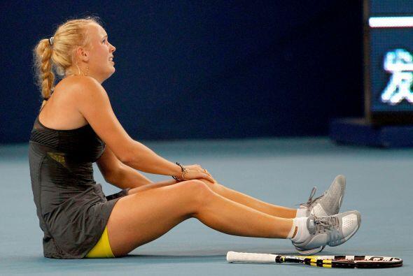 La linda Wozniacki sufrió una pequeña lesión en la rodilla durante el se...
