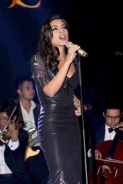 Ana Brenda también se cambió de look para poder cantar el tema de salida...