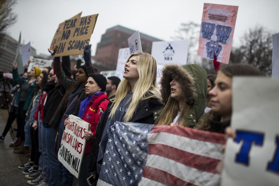 Decenas de estudiantes protestan frente a la Casa Blanca para pedir cont...