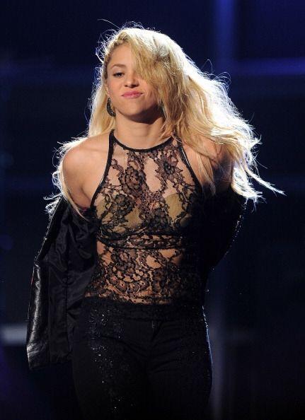 ¡Shakira es súper sensual a su manera! Le basta con enseñar sólo un poqu...