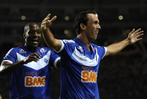 Thiago Ribeiro junto a Gilberto festejan el primero gol del Cruzeiro en...