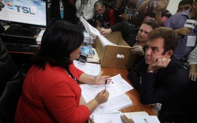 El opositor Nasralla, en el Tribunal Supremo Electoral durante la solici...