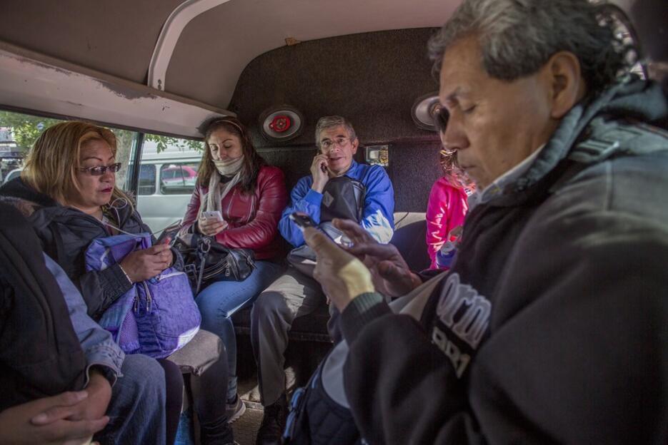 Gente viajando al trabajo por el transporte público de Ciudad de México.