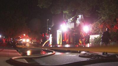 Fuerte incendio dejó a varias familias sin hogar en Stockton y movilizó a más de 70 bomberos