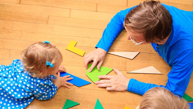 Niña aprendiendo en daycare