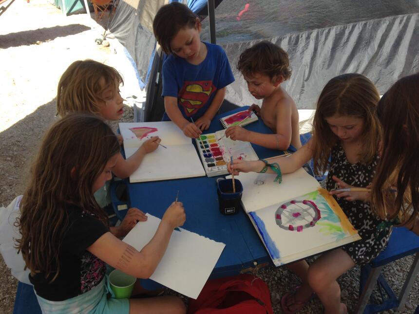 Pintando juntos en el área de camping familiar, LiB.