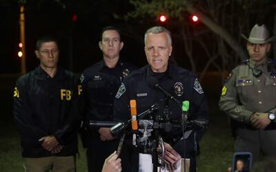 El jefe interino de la policía Brian Manley (centro) pidió...