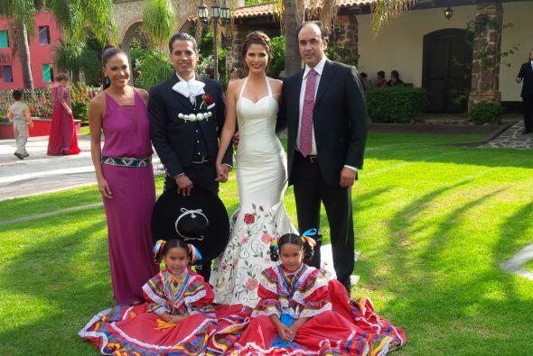 La foto con cupido no podía faltar. Karla Martínez los presentó y segura...