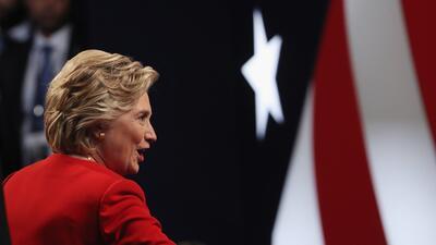 Clinton fue la primera en saludar a su oponente (cruzando más rápido el...