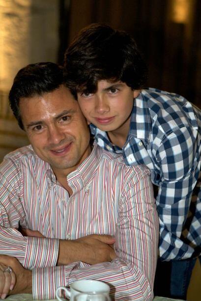 También muestra orgulloso la foto junto con su único hijo varón Alejandr...