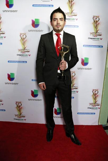José Eduardo Derbez se veía genial con esa estatuilla entre sus manos.