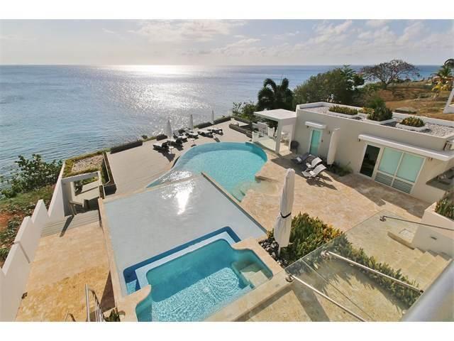 La residencia ubicada frente al mar tiene siete habitaciones, ocho baños...