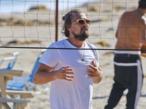 El actor jugó volleyball en la playa con su bellísima nuev...