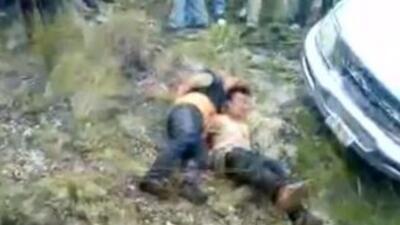 Aquí se ve a dos de los hombres tirados sobre el piso. En este momento e...