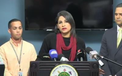 En el podio la empleada agredida, Soniel Torres Suárez, y a su de...