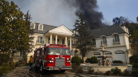 El incendio que llegó al lujoso Bel-Air, un barrio donde hay nume...
