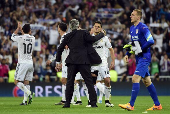El técnico del Madrid, Carlo Ancelotti, también se acercó a festejar con...