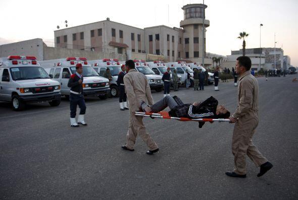 Cerca de los hospitales se puede ver personal militar llevando heridos.