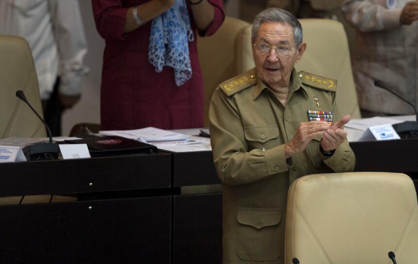 El presidente cubano Raúl Castro aplaude durante la apertura de la sesió...