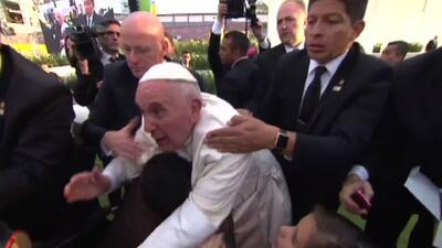 Papa Francisco se enoja por jaloneo de un fiel