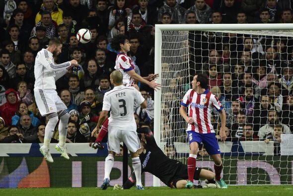 Hasta que al 19' Sergio Ramos se elevó más que todos dentro del área y r...