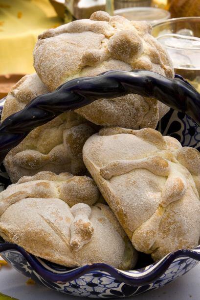 Una canasta grande con 'pan de muerto' es básica para adornar el centro...