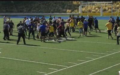 La fuerte pelea entre aficionados de Pumas y América durante un importan...